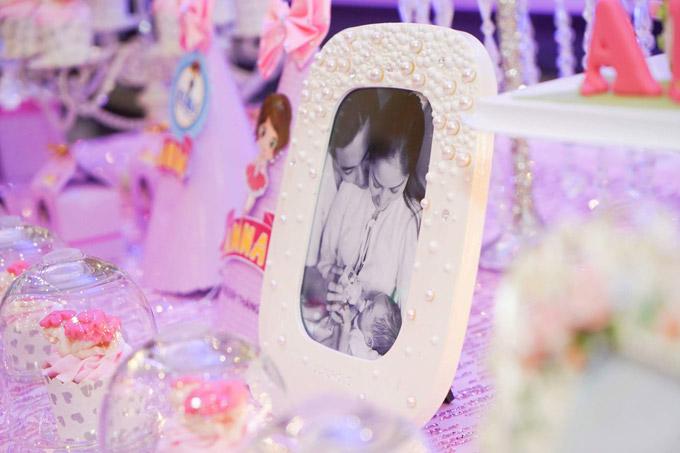 Khánh Thi trang trí nhiều hình ảnh gia đình hạnh phúc tại bữa tiệc - 7
