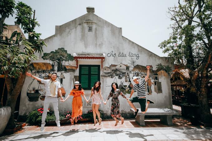 Ngoài khu bến cảng Giao Thoa, khu đảo dân gian với chợ đầu làng cũng là điểm check-in hấp dẫn dành cho giới trẻ. Nếu đã đến khu đảo dân gian, bạn không nên bỏ qua những không gian kiến trúc cổ kính với khu nhà ba gian Bắc Bộ, nhà Rường Huế hay những dãy nhà Rông cao sừng sững bên những con suối róc rách vùng cao.