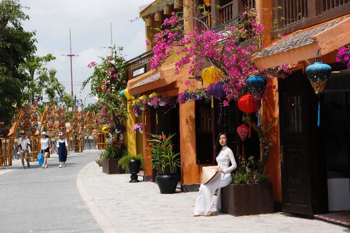 Nơi đây chỉ cách phố cổ Hội An khoảng 15 km, khách du lịch có thể bắt taxi hoặc thuê xe máy.
