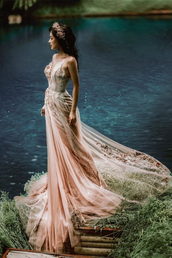 Với những cô dâu yêu thích sự gợi cảm, nhà thiết kế Anh Thư giới thiệu kiểu váy cưới hai dây nhưng vẫn giữ được vẻ lộng lẫy qua những chi tiết đính kết thủ công.