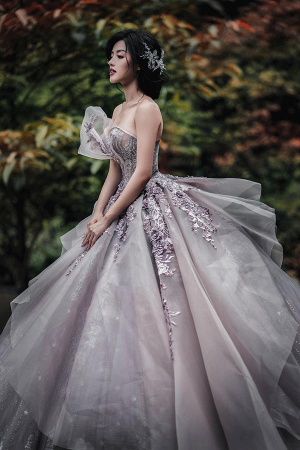 Khánh Linh hóa công chúa khi diện thiết kế váy xòe nổi bật. Với điểm nhấn là những chi tiết xếp tầng độc đáo cùng độ xòe rộng
