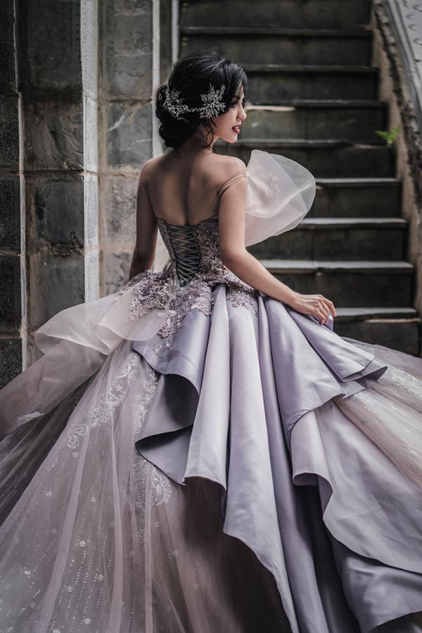 Chiếc váy được buộc chặt bằng dây để giúp dễ dàng điều chỉnh tùy vào thân hình của cô dâu.