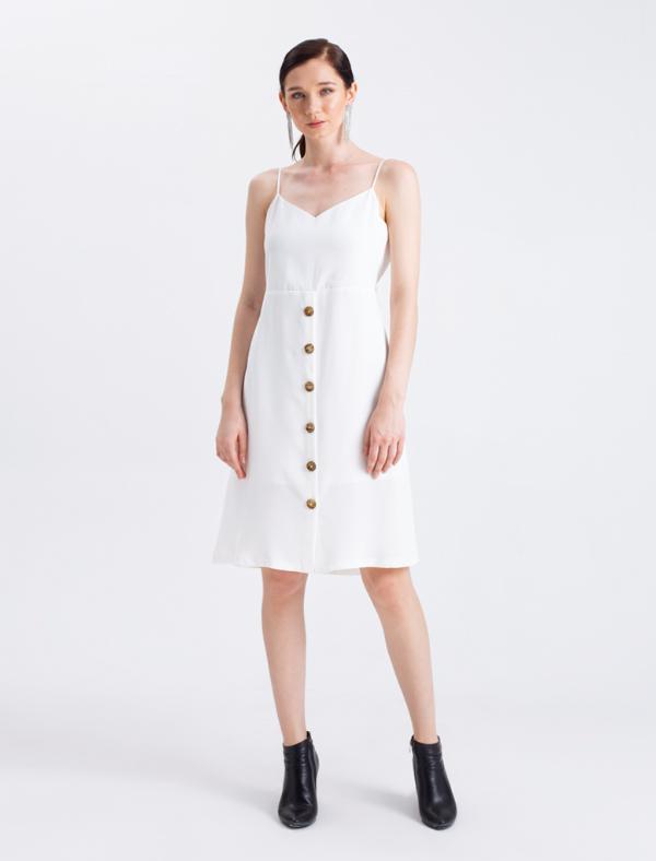 Bộ cánh màu trắng thuần khiết với điểm nhấn là hàng nút gỗ hợp thờiphù hợp với nhiều vóc dáng, đặc biệt là những chị em có eo bánh mì cần tìm trang phục che lấp vòng 2.