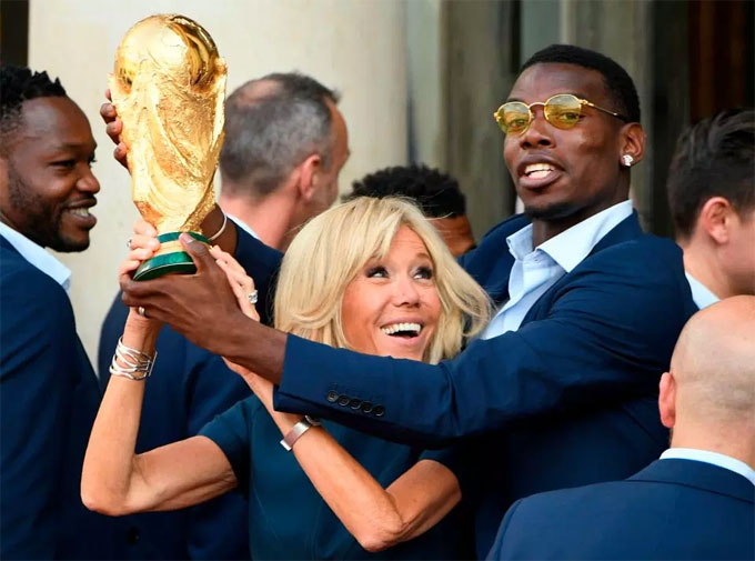 President Macrons wife Brigitte also joined the celebrations RATP Group, ban quản lý giao thông Paris, công bố danh sách sáu nhà ga sẽ tạm thời mang một tên mới để mừng danh hiệu vô địch World Cup lần thứ 2 trong lịch sử bóng đá Pháp, theo Sputnik News ngày 16/7.