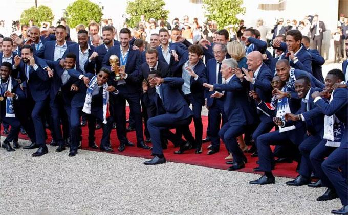Đội tuyển Pháp tạo hình ngộ nghĩnh để chụp ảnh.