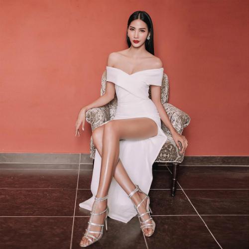 Hoàng Thùy khoe đôi chân dài miên man trong bức ảnh mới đăng tải. Nữ người mẫu bình luận: Hoàng Thùy:Nói chungtừ bé đến lớn lúc nào cũng bị chê này chê kia mà mình lúc nào cũng tự tin í. Bởi vì tự tin là điểmhấp dẫn nhất của mỗi người.