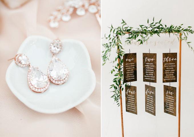 Đôi khuyên tai cô dâu mang sắc vàng hồng đặc trưng. Bảng thông báo vị trí chỗ ngồi của khách mời được bao phủ bởi màu nâu đậm.