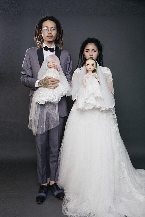 Ngoài niềm yêu thích các loài bò sát, cô dâu còn rất thích búp bê Animator và đưa các bé vào bộ ảnh cưới.