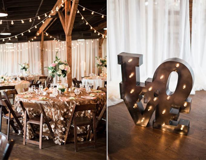 Mô hình chữ Love(Tình yêu) được gắn đèn lấp lánh -đây là một background tuyệt vời hơn để chụp hình. Toàn bộ khăn trải bàn, ghế ngồi, nội thất sảnh tiệc đều được bao phủ bởi gam màu nâu.