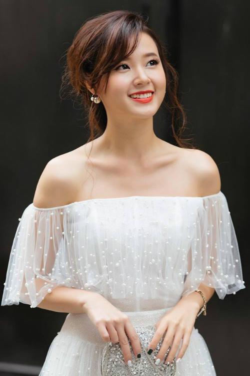 Midu đẹp như nữ thần trong chiếc váy trắng tinh khôi, khoe bờ vai mảnh mai.