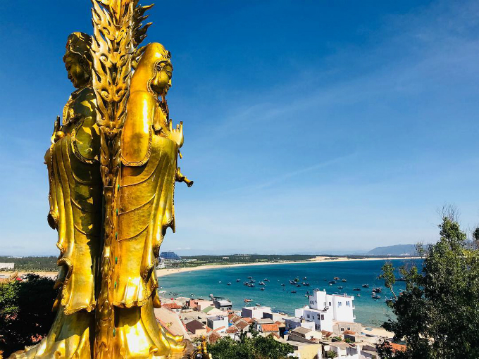 Pho tượng Phật đôi hướng ra biển Quy Nhơn trong xanh - một cảnh tượng vừa bình yên vừa kỳ vĩ. Ảnh:anjeilo