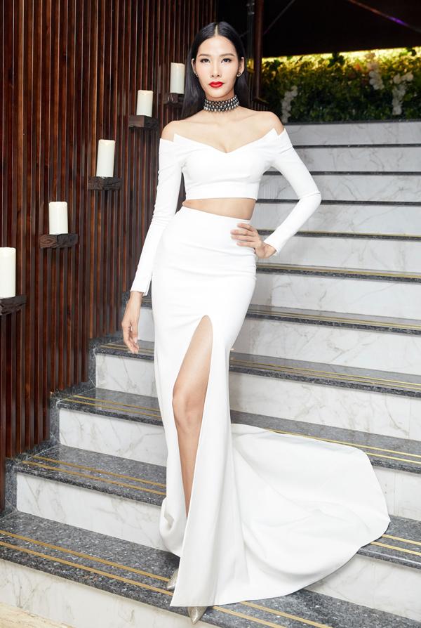 Á hậu Hoàng Thùy cũng tự tin với thiết kế gam trắng cắt xẻ phóng khoáng, tôn đường cong hiệu quả.
