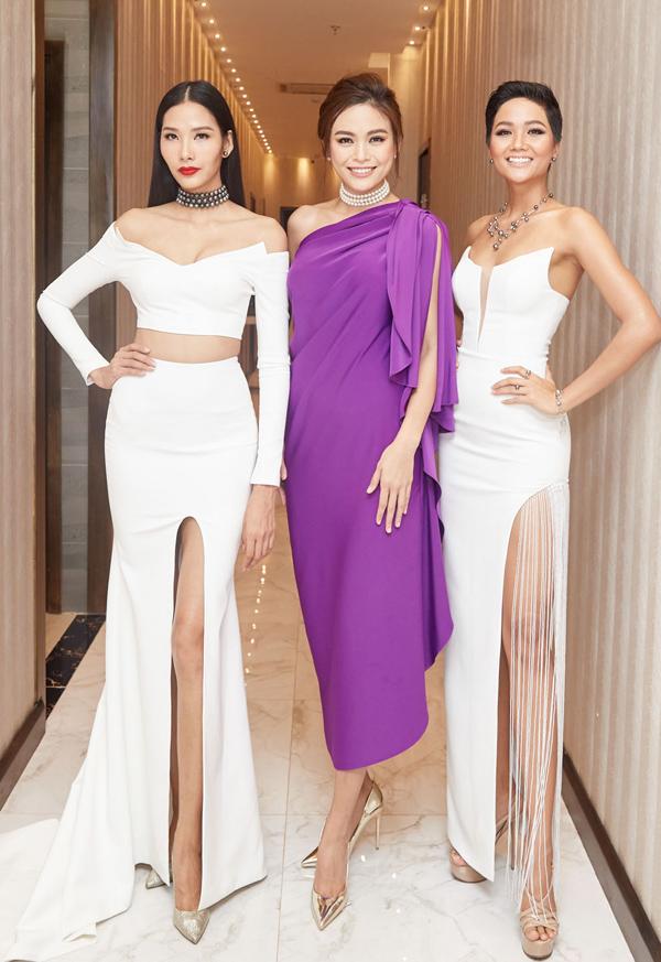 Hoa hậu và hai Á hậu Hoàn vũ Việt Nam 2017 đua sắc trước ống kính.