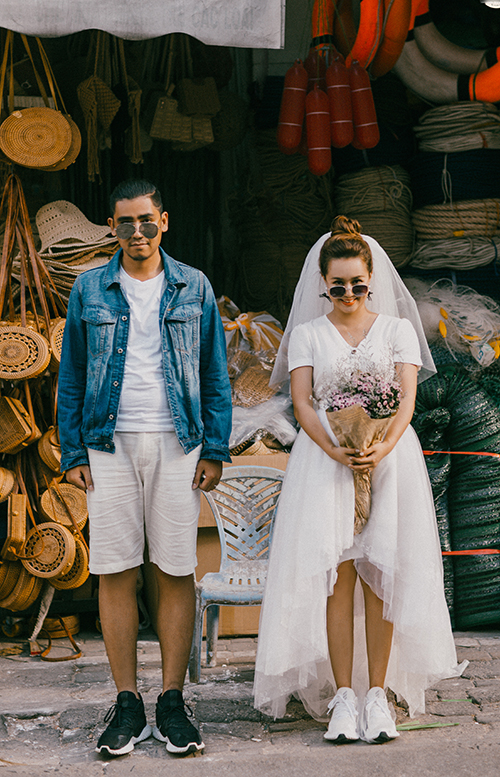 Cô dâu cho hay việc chụp ngoại cảnh khá cực vì trời nắng và phải di chuyển nhiều. Cô dành lời khuyên cho các cặp sắp cưới cần trang bị kem chống nắng, dép tông, vitamin C và nước để đảm bảo sức khỏe trong suốt buổi chụp ngoại cảnh.