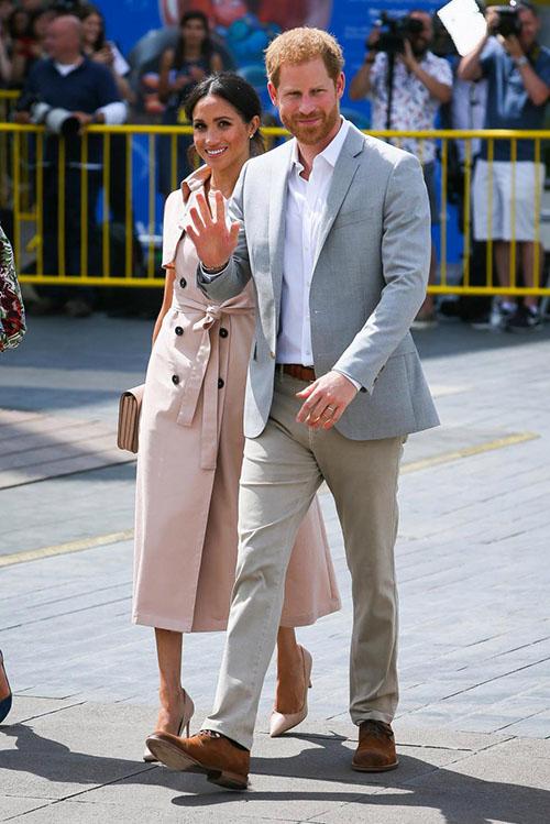 Cặp vợ chồng hoàng gia thân thiện vẫy tay chào người dân có mặt ở Southbank Centre khi tới dự triển lãm.