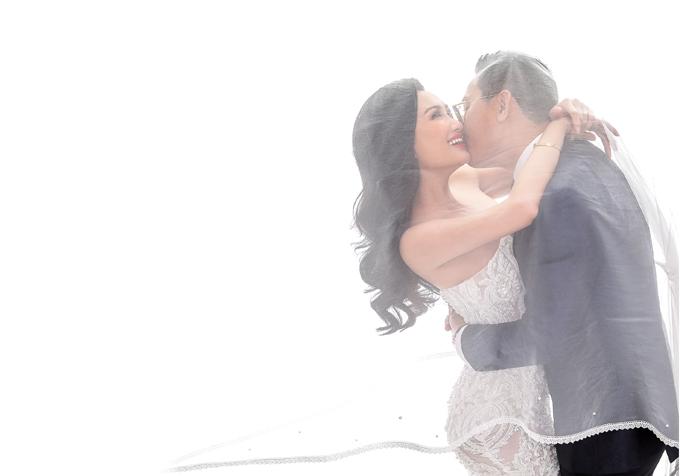 Yêu thích sự giản dị, tinh tế và sang trọng, cô dâu Phan Thị Thanh Nhàn và chú rể Douglas Viet Xuan Hoang đã thực hiện bộ ảnh cưới của mình theo phong cách Hàn Quốc. Những bức hình được chụp trong studio với nước ảnh trong sáng, nhẹ nhàng.
