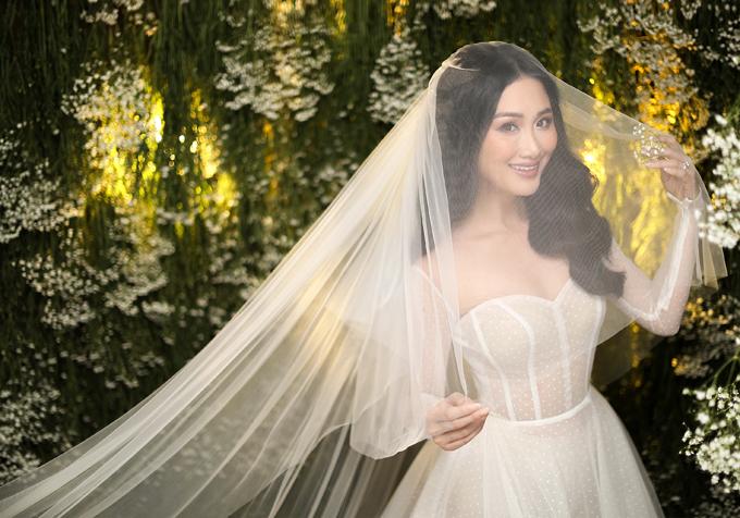 Quyết định nhanh là vậy nhưng cả hai phải mất một khoảng thời gian dài để hoàn thành mọi khâu chuẩn bị cho ngày cưới bởi lịch làm việc của cả hai đều dày đặc.