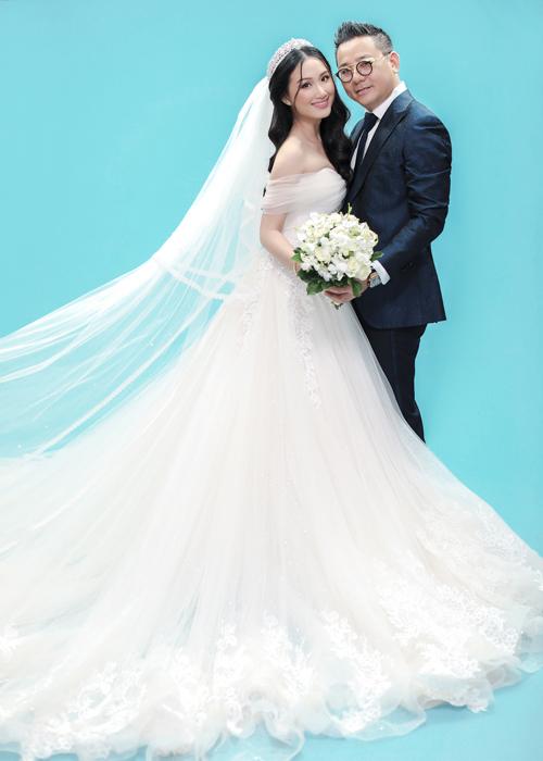 Hôn lễ của người đẹp được tổ chức trong nhiều ngày: 21/7 là tiệc cưới tại Đồng Nai, nơi cô dâu sinh ra và gia đình đều ở đó. Ngày 22/7, cả hai có buổi tiệc chia vui cùng bạn bè, đồng nghiệp tại TP HCM và sau đó là một buổi lễ tại Quảng Trị - quê hương của bố mẹ chú rể.