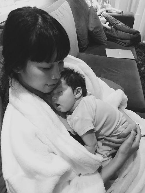 Hà Anh chia sẻ khoảnh khắc đáng yêu của con gái cưng: Myla bé bỏng rất thích rúc vào mẹ.Em ti xong được mẹ ôm, em yên tâm ngủ ngon lành.