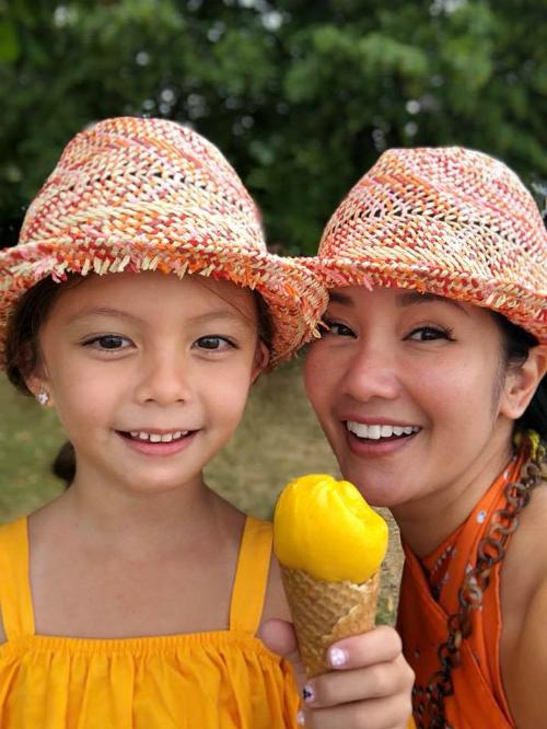 Hồng Nhung và con gái Tép cười rạng rỡtrong kỳnghỉ kéo dài ở châu Âu.
