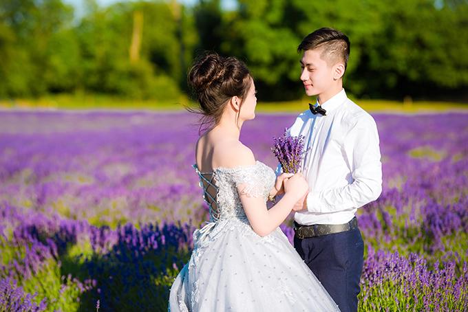 Để tránh không làm hỏng, dập hoa, cả hai di chuyển nhẹ nhàng giữa các luống hoa. Đôi tình nhân dự kiến tổ chức hôn lễ vào cuối năm để hợp thức hóa mối quan hệ.