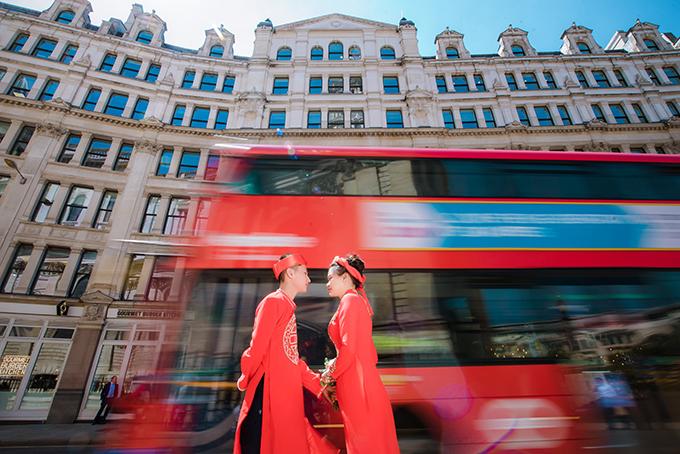 Đôi tình nhân trong bộ ảnh là chú rể Đào Quang Thịnh và cô dâu Nguyễn Thị Trang. Hiện tại, uyên ươnglàm việc trong lĩnh vực làm đẹp ở London, Anh.
