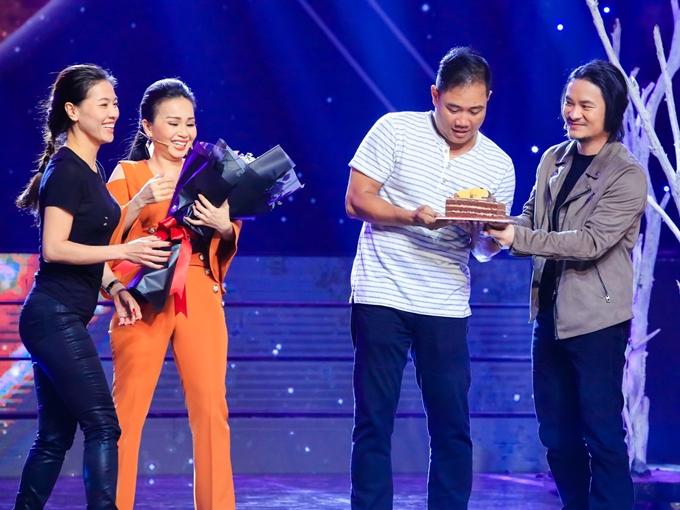 Ngày 19/7 là kỷ niệm 14 năm ngày cưới của vợ chồng nhạc sĩ Minh Vy - Cẩm Ly. Tuy nhiên, họ vẫn bận rộn trên phim trường ghi hình cho chương trình Ca sĩ thần tượng. Bà Phạm Kim Dung (nhà sản xuất - trái) và đạo diễn Hoàng Nhật Nam (phải)quyết định bí mật chuẩn bị bánh kem và hoa để tổ chức bất ngờ một lễ kỷ niệm nhỏ dành cho cặp đôi nổi tiếng.