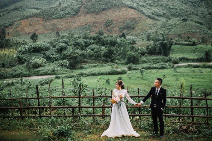Uyên ươngchụp ảnh cưới vào mùa mưa nên tiết trời khá lạnh. Chúng tôi vừa chụp vừa xoa tay vào nhau vì rét, cô dâu tiết lộ. Chú rểlà người lên ý tưởng về bộ hình cưới quê cô dâuđể vợ vơi bớtnỗi nhớ quê hương khi làm ăn xa xứ.