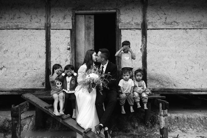 Các em bé trong xã che mắt lại và bối rôikhi thấy cô dâu chú rể hôn nhau. Dù biết trước trời sẽ mưa to nhưng uyên ương vẫn phải tiến hànhchụp ảnh cưới vì lịch trình bận rộn. Họ dậy từ 2h sáng để chuẩn bị cho buổi chụp hình và kịp bắt xe về quê.