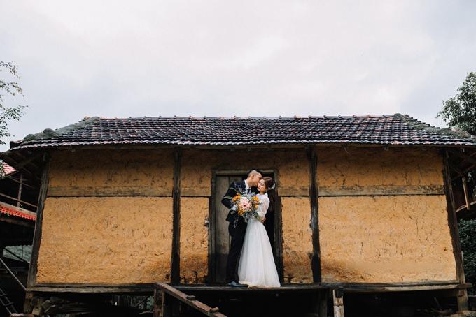 Cô dâu chú rể tạo dáng trước nhà sàn trong xã. Tuy bối cảnh chụp hình đơn sơ, mộc mạc nhưng những tấm hình đều mang đến vẻ độc đáo, ấn tượng riêng.