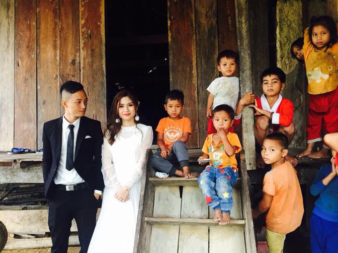 Các em bé trong xã trở thành nhân vật phụ đáng yêu trong bộ hình của cặp sắp cưới.