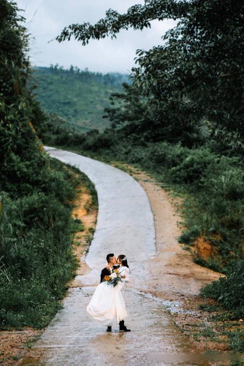 Cô dâu trẻ và chàng công an dự định kết hôn vào tháng 9 tới đây và gửi gắmhi vọng vềtương lai ổn định, hạnh phúc.