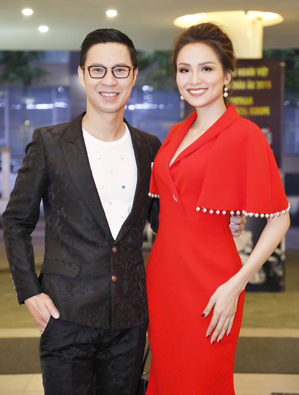 Hoa hậu Diễm Hương nổi bật với váy đỏ, chụp ảnh cùng MC Anh Quân.
