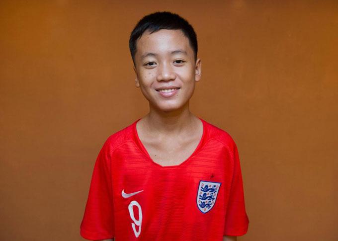 Sompong Jawong mặc chiếc áo cầu thủ của Harry Kane.