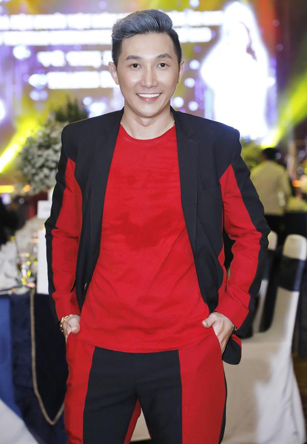 Người mẫu Nam Phong diện trang phục hai màu đen - đỏ đi tiệc.