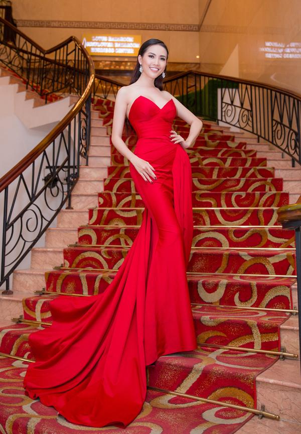 Phan Thị Mơ vừa tổ chức họp báo tạo TP HCM, công bố video cô chuẩn bị giới thiệu về bản thân và tiềm năng du lịch ở quê nhà Tiền Giang trước khi sang Thái Lan thi Hoa hậu Đại sứ Du lịch Thế giới 2018 (World Miss Tourism Ambassador). Người đẹp diện váy dạ hội đỏ rực, khoe hình thể gợi cảm sau khi nỗ lực giảm 5 kg.
