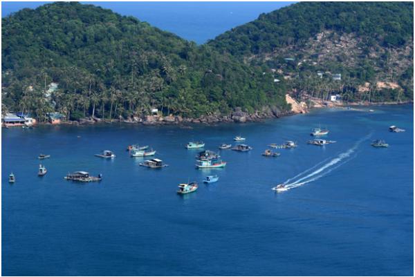Thỉnh thoảng, du khách sẽ thấymột chiếc cano lướt đi trên biển, để lại những vệt sóng trắng xóa khiến bức tranh về biển thêm sinh động.
