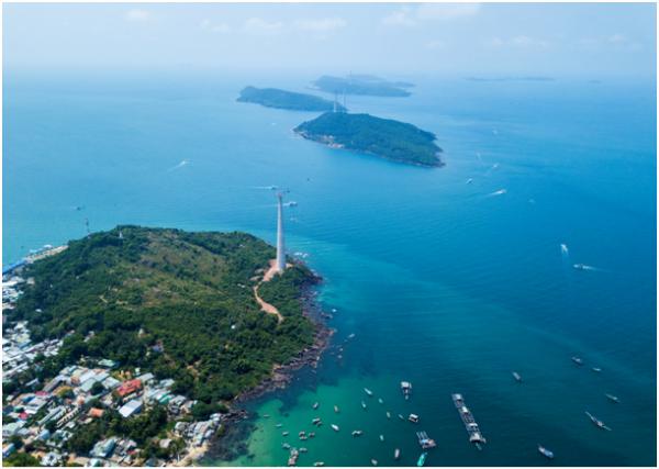 Du khách sẽ thấy rõ Phú Quốc như một bức tranh được vẽ lên bởi màu xanh lục của nước biển, xanh thẫm của rừng già và nhiều màu sắc lung linh từ những mái nhà, con thuyền...