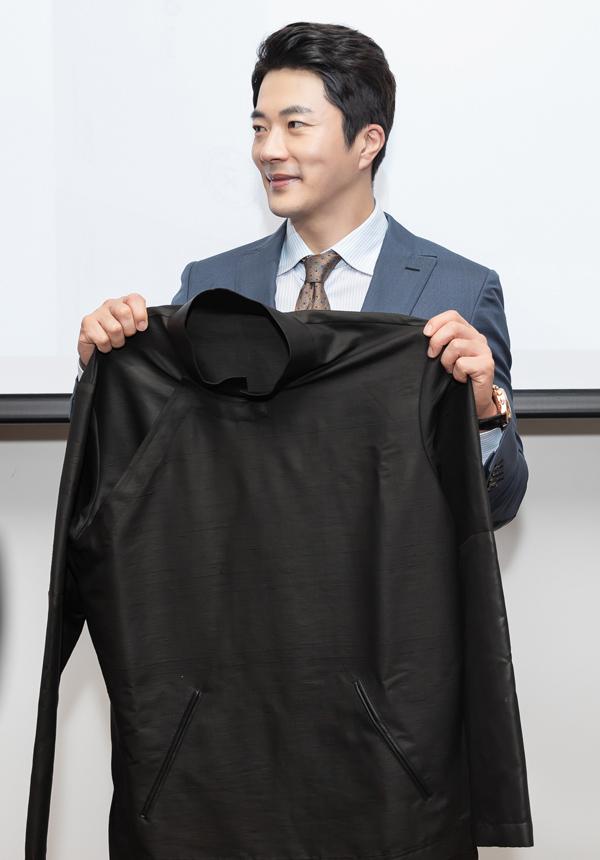Anh rất bất ngờ khi được Hoa hậu Thu Hoài tặng chiếc áo dài may bằng vải Lãnh Mỹ A, do nhà thiết kế Công Trí thực hiện.