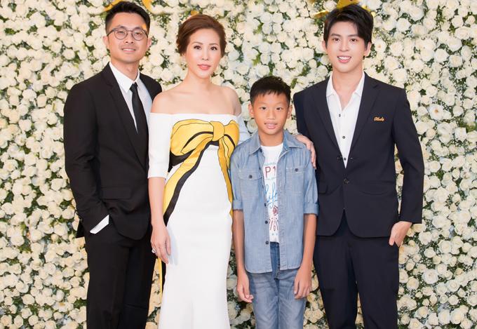 Bạn trai kém tuổi và hai con riêng có mặt trong buổi tiệc hoành tráng do Hoa hậu Phu nhân 2012 tổ chức.