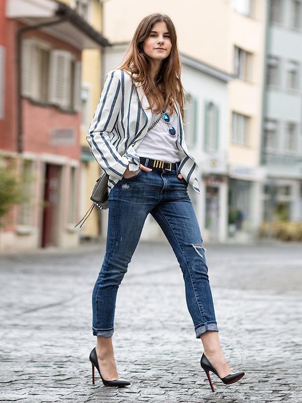 Set đồ dành cho nàng công sở hiện đại với balzer kẻ sọc trắng đen,jeans ống côn, sơ mi trắng và giày cao gót.