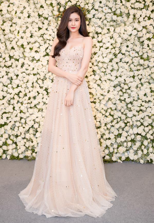 Trương Quỳnh Anh khoe nhan sắc gợi cảm với váy dây dài quét đất.