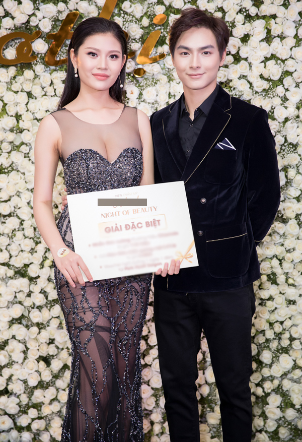Chúng Huyền Thanh mới sinh con trai đã tái xuất, đi sự kiện cùng ông xã Jay Quân. Cô khá may mắn khi được bốc thăm trúng giải đặc biệt là một nhẫn kim cương trong chương trình.