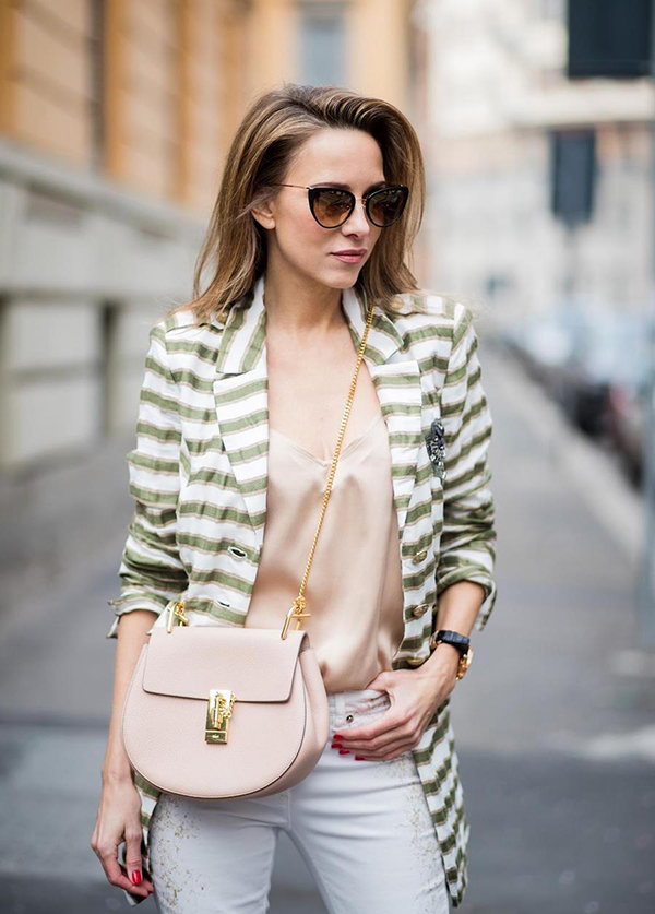 Ngoài sắc trắng đen quen thuộc, áo khoác hợp mốt còn được thể hiện trên các tông màu trung tính mang lại vẻ thanh nhã.