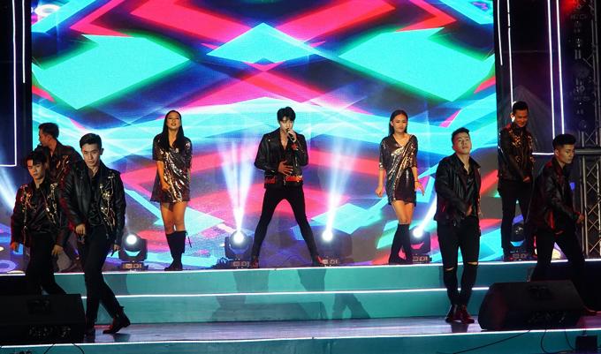 Noo Phước Thịnh biểu diễn tại Ngày hội Gia đình (Family Day) tổ chức tại TP HCM. Anh cùng vũ đoàn thể hiện 3 ca khúc: Tôi là một ngôi sao, Đến với nhau là sai, Mãi mãi bên nhau.