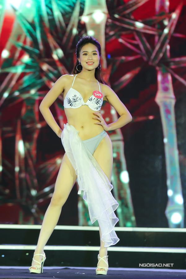 Trong đêm chung khảo miền Bắc Hoa hậu Việt Nam 2018, các thí sinh phải trải qua ba vòng thi: áo dài, bikini và dạ hội. Trong đó, phần thi bikini nhận được nhiều sự cổ vũ, đặc biệt kết hợp sân khấu ngoài trời ngay bãi biển tại Cửa Lò. Trong ảnh là thì sinh Vũ Thị Thanh Thanh cao 1,7m, sở hữu số đo 86-60-86.