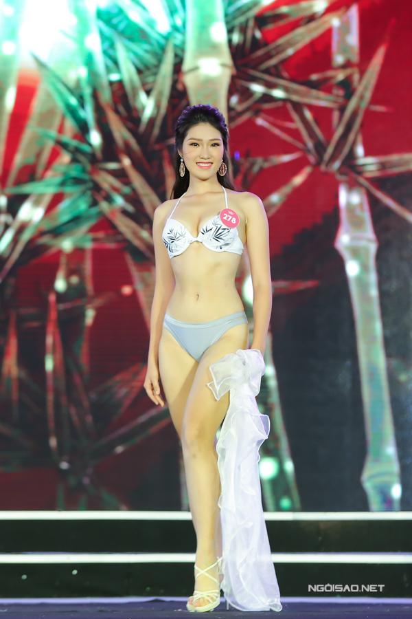 Lại Quỳnh Giang có chiết eo gợi cảm. Cô cao 1,75m, số đo 89-60-93.