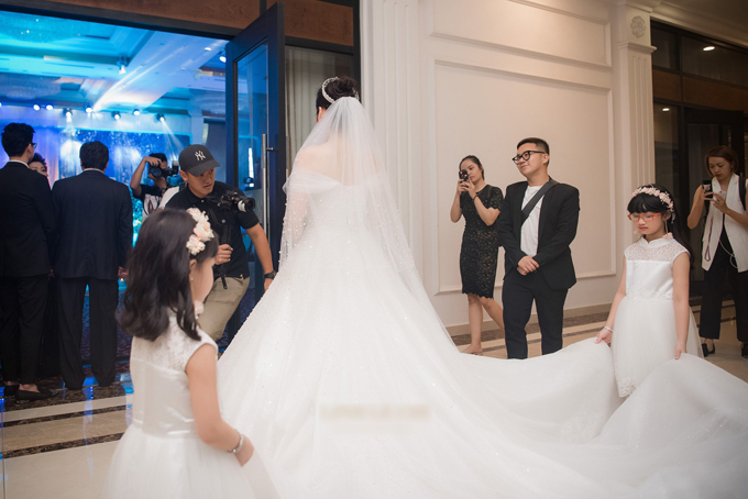Góc phía sau của chiếc váy. Tú Anh đã sử dụngvương miện và voan cưới dài cho bộ váy trắng tinh khôi. Chiếc váy có bề mặt lấp lánh nổi bậtkhiến nhiều cô dâu ao ước vì quá đỗi xa hoa, đài các.Ảnh:Lê Chí Linh