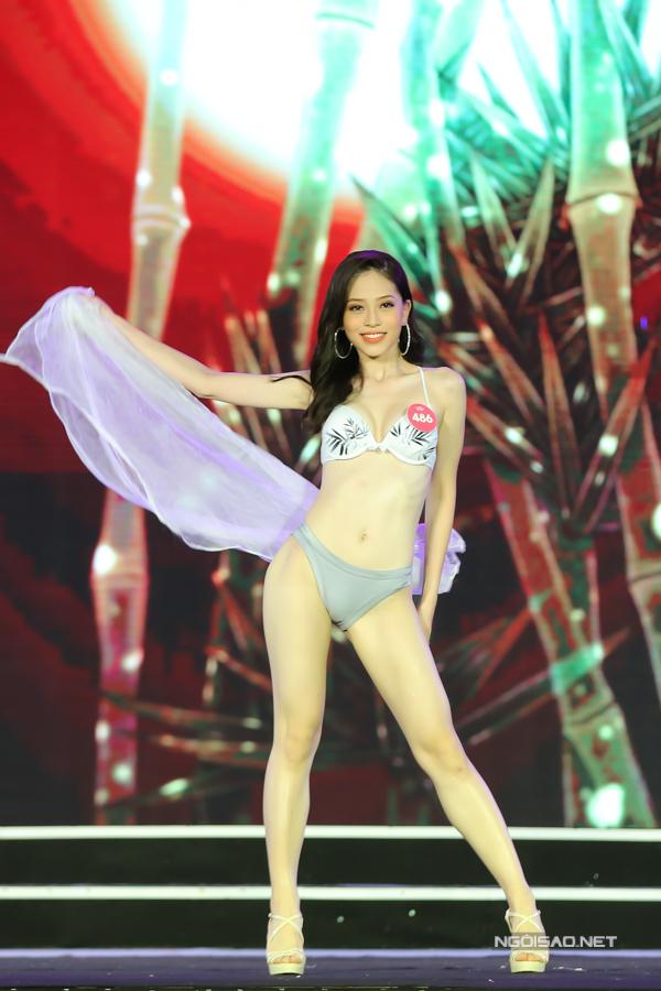 Bùi Phương Nga là Hoa khôi Đại học Kinh tế Quốc dân. Người đẹp cao 1,72m, số đo 84-64-92.