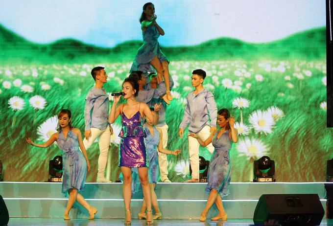 Ca sĩ Ái Phương khoe ngực đầy gợi cảm, hát Tôi thấy hoa vàng trên cỏ xanh và Đi để trở về.